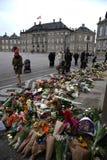 Ο ΠΡΙΓΚΗΠΑΣ HENRIK ΕΙΝΑΙ DEAD_PEOPLE ΤΟΥ ΥΠΟΒΆΛΛΕΙ ΤΑ ΣΈΒΗ Στοκ εικόνες με δικαίωμα ελεύθερης χρήσης