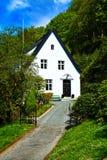 Ο προαστιακός κομψός Λευκός Οίκος με τη μαύρη στέγη στοκ φωτογραφία με δικαίωμα ελεύθερης χρήσης