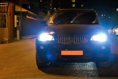 Ο προβολέας αυτοκινήτων σε έναν ομιχλώδη Χρόνος βράδυ-νύχτας Το αυτοκίνητο στο δρόμο πόλεων Νύχτα βραδιού Τη νύχτα το αυτοκίνητο  στοκ φωτογραφία με δικαίωμα ελεύθερης χρήσης