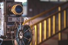 Ο προβολέας κινηματογράφων με το ρόλο ταινιών στοκ φωτογραφία με δικαίωμα ελεύθερης χρήσης