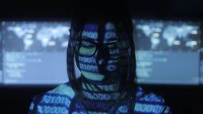 Ο προγραμματιστής χάκερ γυναικών στα γυαλιά εργάζεται στον υπολογιστή στο κέντρο ασφάλειας cyber που γεμίζουν με τις οθόνες επίδε απόθεμα βίντεο