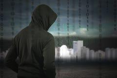 Ο προγραμματιστής χάκερ κοιτάζει και ψάχνει dat για τις πληροφορίες αμυχών και Στοκ φωτογραφίες με δικαίωμα ελεύθερης χρήσης