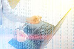 Ο προγραμματιστής χάκερ κοιτάζει στην οθόνη και γράφει τις πληροφορίες αμυχών κώδικα προγράμματος και τον απολογισμό χρηστών στοκ φωτογραφίες με δικαίωμα ελεύθερης χρήσης