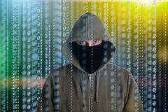 Ο προγραμματιστής χάκερ κοιτάζει στην οθόνη και γράφει τις πληροφορίες αμυχών κώδικα προγράμματος και τον απολογισμό χρηστών στοκ εικόνες με δικαίωμα ελεύθερης χρήσης