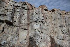 Ο προκαλούμενος από τον άνθρωπο βράχος αποκοπών με την εκρηκτική τεχνολογία στοκ φωτογραφίες