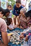 Ο προμηθευτής πωλεί τα πρόσφατα πιασμένα μικρά ψάρια από τον ποταμό Στοκ φωτογραφία με δικαίωμα ελεύθερης χρήσης