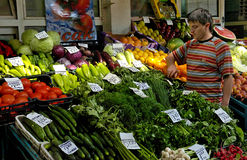 Ο προμηθευτής πωλεί τα λαχανικά στην αγορά Στοκ εικόνες με δικαίωμα ελεύθερης χρήσης