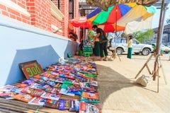 Ο προμηθευτής πωλεί τα βιβλία και τα περιοδικά μέσα κεντρικός Yangon στοκ εικόνες