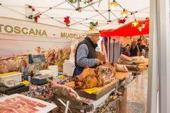 Ο προμηθευτής πωλεί τα προϊόντα κρέατος Στοκ Εικόνες