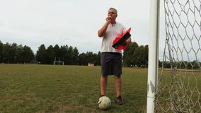Ο προπονητής ποδοσφαίρου δίνει τις οδηγίες στους φορείς απόθεμα βίντεο