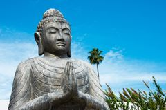 Ο προσευμένος Βούδας στο μπλε ουρανό Στοκ εικόνα με δικαίωμα ελεύθερης χρήσης