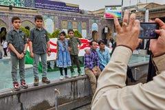 Ο προσκυνητής παίρνει τις εικόνες των ιρανικών παιδιών κοντά στο μουσουλμανικό τέμενος, Τεχεράνη, Στοκ εικόνες με δικαίωμα ελεύθερης χρήσης