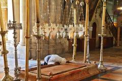 Ο προσκυνητής προσεύχεται πέρα από το Stone Unction Στοκ εικόνα με δικαίωμα ελεύθερης χρήσης
