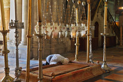 Ο προσκυνητής στα άσπρα ενδύματα προσεύχεται παθιασμένα Στοκ Εικόνες
