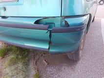 Ο προφυλακτήρας έβλαψε το οπίσθιο πράσινο αυτοκίνητο στοκ φωτογραφία με δικαίωμα ελεύθερης χρήσης
