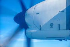Ο προωστήρας συνέλαβε ενώ αεροπλάνο που πετά πέρα από τον ουρανό στοκ φωτογραφίες