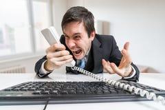 Ο 0 προϊστάμενος ή ο διευθυντής καλεί και φωνάζει στο τηλέφωνο Στοκ Φωτογραφίες
