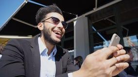 Ο προϊστάμενος αγοράζει τα εισιτήρια για το ταξίδι σε Διαδίκτυο ρ Στοκ Φωτογραφία