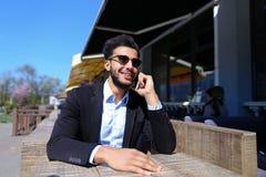 Ο προϊστάμενος αγοράζει τα εισιτήρια για το ταξίδι σε Διαδίκτυο Στοκ Φωτογραφία