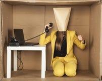 Ο προϊστάμενος απειλεί την πυγμή, ινκόγκνιτο πρόσωπο στο γραφείο Στοκ εικόνες με δικαίωμα ελεύθερης χρήσης
