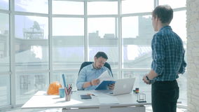 Ο 0 προϊστάμενος αρνείται την εργασία που γίνεται από τον υπάλληλο, τον ταπεινώνει φιλμ μικρού μήκους