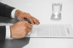 Ο προϊστάμενος βάζει την υπογραφή του Στοκ Εικόνες