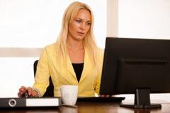 Ο προϊστάμενος - επιχειρησιακή γυναίκα εργάζεται στο γραφείο με τον υπολογιστή - εκτάριο Στοκ Φωτογραφία