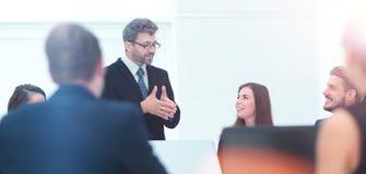 Ο προϊστάμενος κρατά μια συνομιλία με τους υπαλλήλους της επιχείρησης Στοκ εικόνες με δικαίωμα ελεύθερης χρήσης