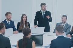 Ο προϊστάμενος λέει στους υφισταμένους για τα ζητήματα στην επιχειρησιακή συνεδρίαση Στοκ Εικόνες