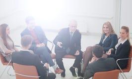 Ο προϊστάμενος συναντιέται με τους υπαλλήλους της επιχείρησης Στοκ εικόνες με δικαίωμα ελεύθερης χρήσης