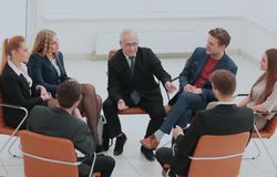 Ο προϊστάμενος συναντιέται με τους υπαλλήλους της επιχείρησης Στοκ φωτογραφίες με δικαίωμα ελεύθερης χρήσης