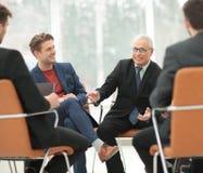 Ο προϊστάμενος συναντιέται με τους υπαλλήλους της επιχείρησης Στοκ Εικόνες