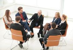 Ο προϊστάμενος συναντιέται με τους υπαλλήλους της επιχείρησης Στοκ φωτογραφία με δικαίωμα ελεύθερης χρήσης