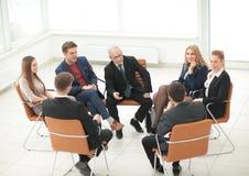 Ο προϊστάμενος συναντιέται με τους υπαλλήλους της επιχείρησης Στοκ Εικόνα