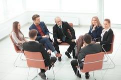 Ο προϊστάμενος συναντιέται με τους υπαλλήλους της επιχείρησης Στοκ Φωτογραφίες
