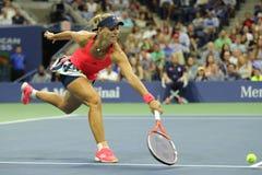 Ο πρωτοπόρος Angelique Kerber του Grand Slam της Γερμανίας στη δράση κατά τη διάρκεια της γύρω από την αντιστοιχία τέσσερα στις Η Στοκ Εικόνες
