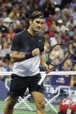 Ο πρωτοπόρος Roger Federer του Grand Slam της Ελβετίας στη δράση κατά τη διάρκεια των ΗΠΑ του ανοίγει τη στρογγυλή αντιστοιχία 4  Στοκ Φωτογραφία
