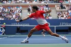 Ο πρωτοπόρος Roger Federer του Grand Slam της Ελβετίας στη δράση κατά τη διάρκεια των ΗΠΑ του ανοίγει τη στρογγυλή αντιστοιχία 2  Στοκ Φωτογραφία