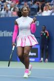 Ο πρωτοπόρος Serena Ουίλιαμς του Grand Slam των Ηνωμένων Πολιτειών γιορτάζει τη νίκη αφότου ανοίγει στρογγυλή αντιστοιχία τέσσερά Στοκ Φωτογραφία