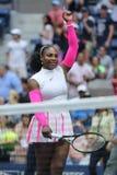 Ο πρωτοπόρος Serena Ουίλιαμς του Grand Slam των Ηνωμένων Πολιτειών γιορτάζει τη νίκη αφότου ανοίγει στρογγυλή αντιστοιχία τέσσερά Στοκ Εικόνες