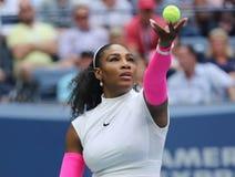 Ο πρωτοπόρος Serena Ουίλιαμς του Grand Slam των Ηνωμένων Πολιτειών στη δράση κατά τη διάρκεια της γύρω από αντιστοιχία τέσσερα στ Στοκ Εικόνες