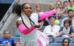 Ο πρωτοπόρος Serena Ουίλιαμς του Grand Slam των Ηνωμένων Πολιτειών στη δράση κατά τη διάρκεια της γύρω από αντιστοιχία τέσσερα στ Στοκ εικόνες με δικαίωμα ελεύθερης χρήσης