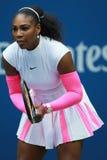 Ο πρωτοπόρος Serena Ουίλιαμς του Grand Slam των Ηνωμένων Πολιτειών στη δράση κατά τη διάρκεια της γύρω από αντιστοιχία τέσσερα στ Στοκ φωτογραφίες με δικαίωμα ελεύθερης χρήσης