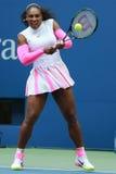 Ο πρωτοπόρος Serena Ουίλιαμς του Grand Slam των Ηνωμένων Πολιτειών στη δράση κατά τη διάρκεια της γύρω από αντιστοιχία τέσσερα στ Στοκ Φωτογραφία
