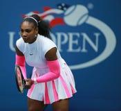 Ο πρωτοπόρος Serena Ουίλιαμς του Grand Slam των Ηνωμένων Πολιτειών στη δράση κατά τη διάρκεια της γύρω από αντιστοιχία τέσσερα στ Στοκ Φωτογραφίες