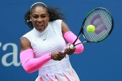 Ο πρωτοπόρος Serena Ουίλιαμς του Grand Slam των Ηνωμένων Πολιτειών στη δράση κατά τη διάρκεια της γύρω από αντιστοιχία τέσσερα στ Στοκ φωτογραφία με δικαίωμα ελεύθερης χρήσης
