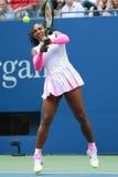 Ο πρωτοπόρος Serena Ουίλιαμς του Grand Slam των Ηνωμένων Πολιτειών στη δράση κατά τη διάρκεια της γύρω από αντιστοιχία τέσσερα στ Στοκ Εικόνα