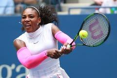 Ο πρωτοπόρος Serena Ουίλιαμς του Grand Slam των Ηνωμένων Πολιτειών στη δράση κατά τη διάρκεια της γύρω από αντιστοιχία τρία στις  Στοκ Εικόνες