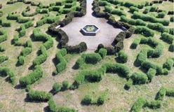Ο πρωτόγονος λαβύρινθος στο δημόσιο πάρκο αποτελείται από να κόψει το χαμηλό Bu Στοκ φωτογραφίες με δικαίωμα ελεύθερης χρήσης
