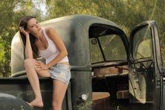 Ο πρότυπος τρύγος Brunette παίρνει το truck Στοκ Φωτογραφία